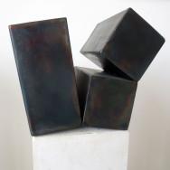 Würfelspaltung 2-10, 2010. Eisen brüniert, 28 x 28 x 20 cm.