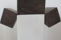 Würfelspaltung 5-10, 2010. Eisen brüniert, 24 x 44 x 20 cm.